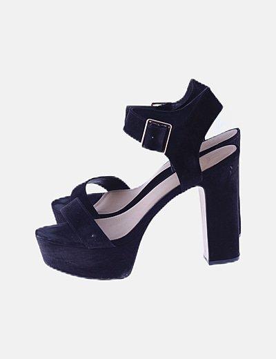 Sandalia de tacón negra con pulsera