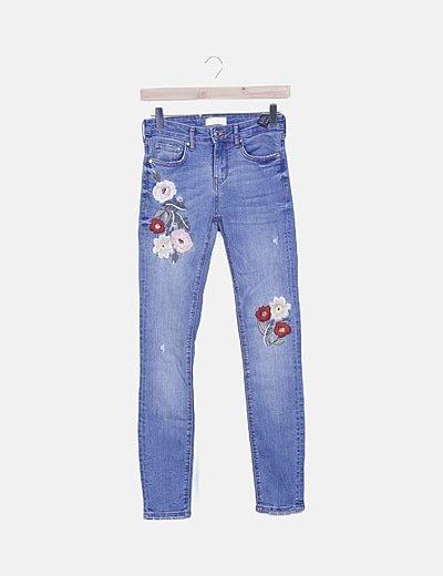 Pantalón denim flores bordadas