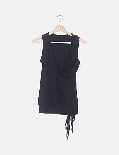 Camiseta cruzada negra detalle lazo