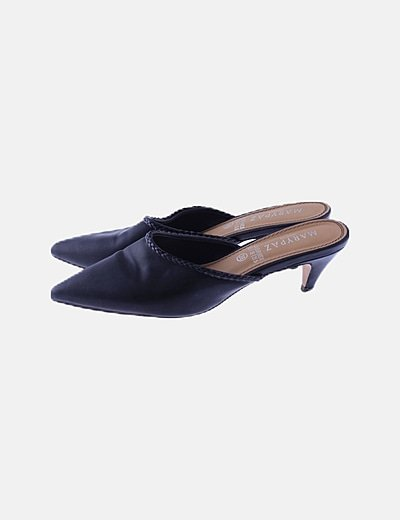 Zapato negro de punta con tacón