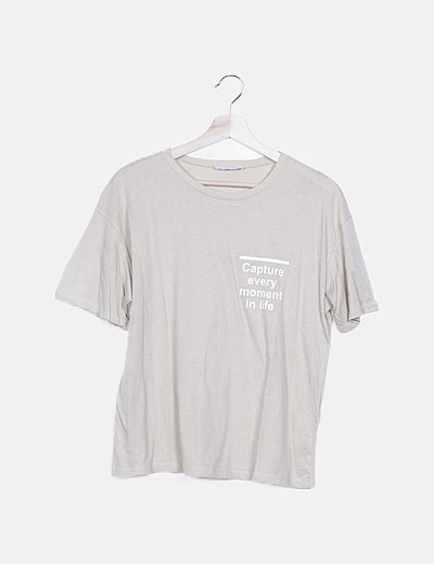 Camiseta beige con mensaje
