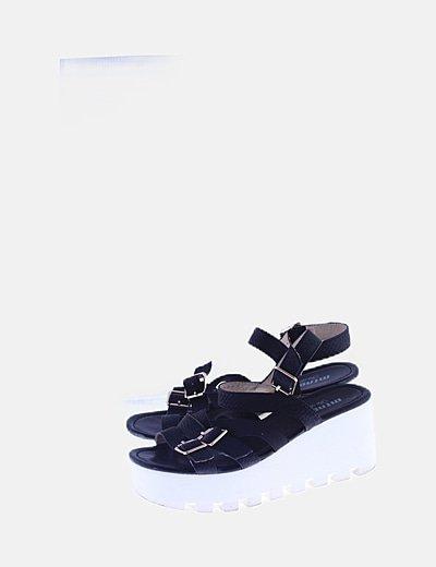 Sandalia plataforma negra detalle hebillas