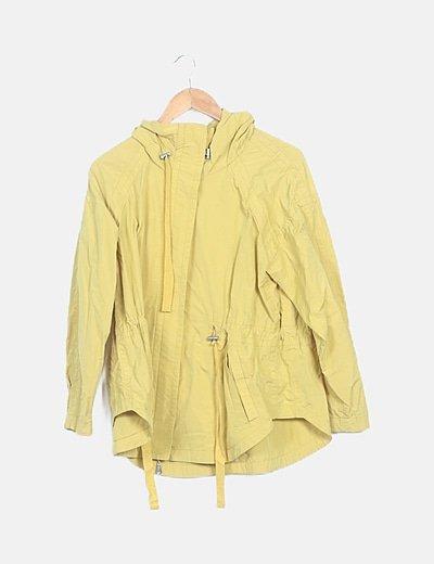 Parka fina amarilla con capucha