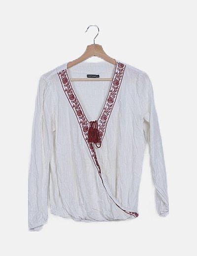 Blusa blanca cruzada con bordado