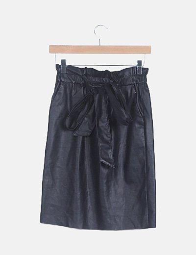 Falda midi polipiel negro con cinturón