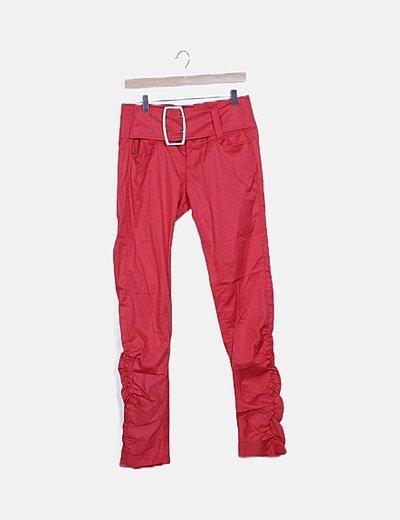 Pantalón rojo detalle cinturón