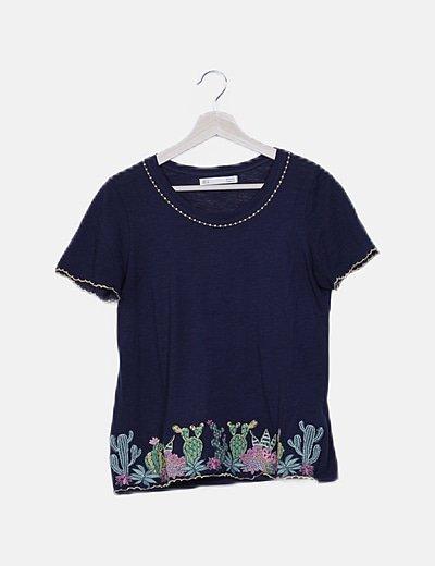 Camiseta azul marina con bordado