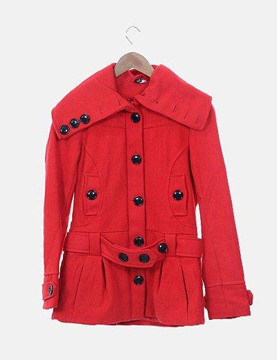 Abrigo de paño rojo con botones