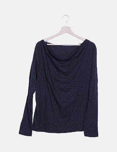 Camiseta negra cuello drapeado