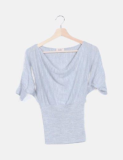 Camiseta gris escote corchetes