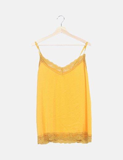 Blusa amarilla con puntilla