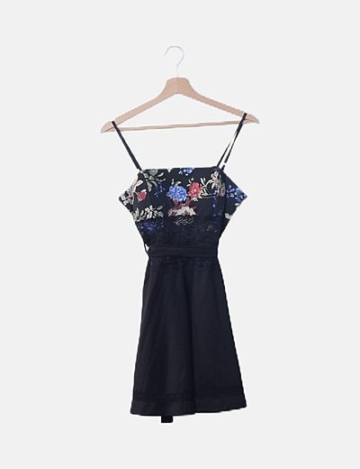 Vestido negro con encaje detalle floral