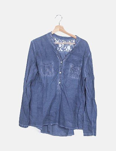 Blusa azul combinada encaje