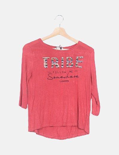 Camiseta roja con bordado
