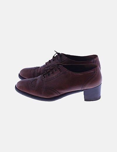 Zapato marrón troquelado