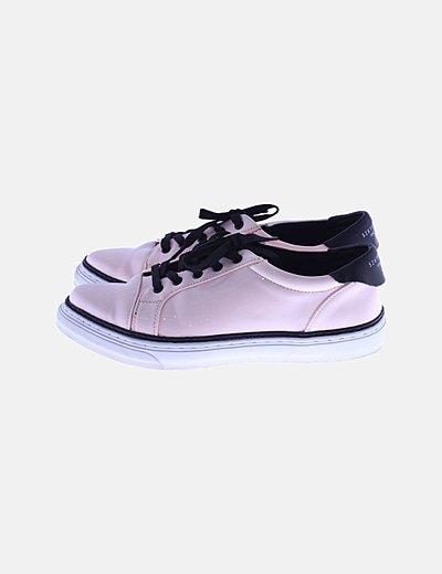 Sneaker rosa efecto charol