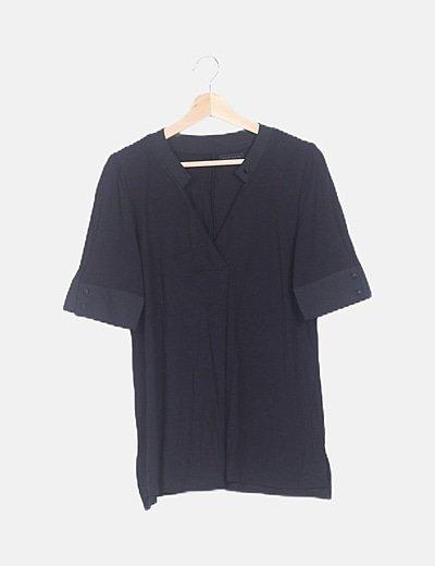 Blusa fluida negra escote V