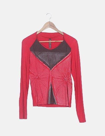 Camiseta roja efecto desgastado