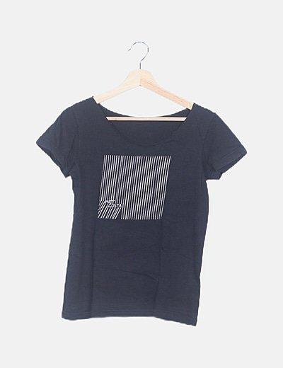 Camiseta negra estampada rayas blancas