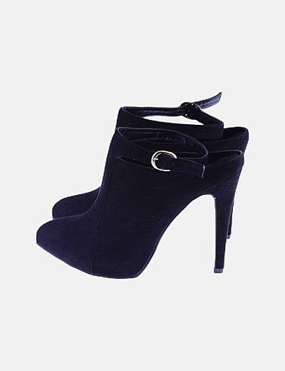 Zapatos negros abotinados con hebilla
