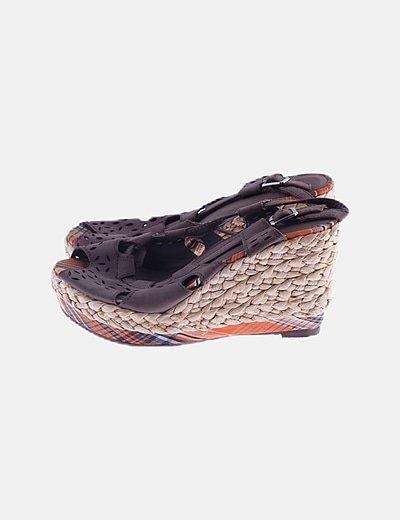 Sandalia cuña marrón detalles troquelados