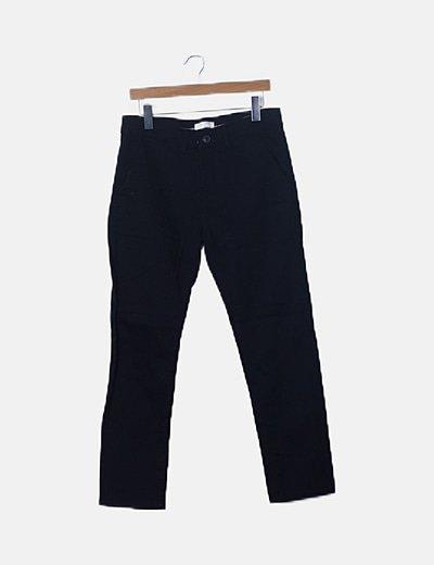 Pantalón pitillo negro bolsillos
