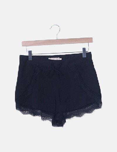 Short negro combinado encaje