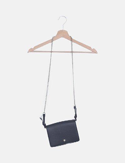 Bolso negro con cadena detalle metálico