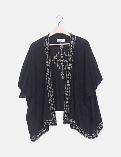 Kimono negro detalles bordados