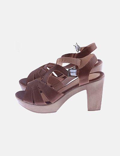 Sandalia de tacón marrón