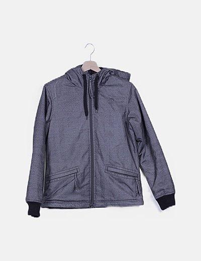 Chaqueta gris estampada con capucha