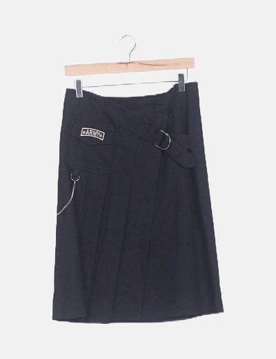 Falda negra de tablas detalle cadena