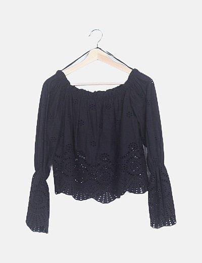 Blusa negra troquelada