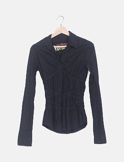 Camisa negra pespuntes