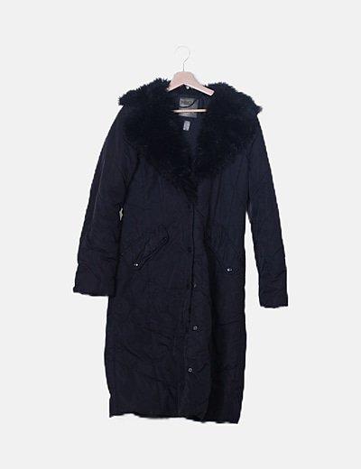 Abrigo acolchado negro con pelo en el cuello