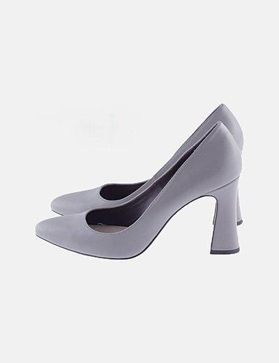 Zapato gris de tacón