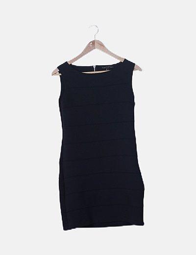 Vestido negro ajustado sin mangas