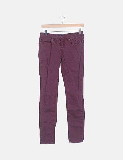 Jeans denim pitillo burdeos