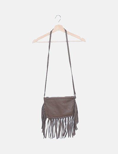 Bolso de cuero marrón con flecos