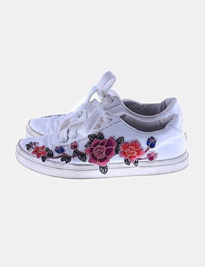 Deportiva blanca flores bordadas