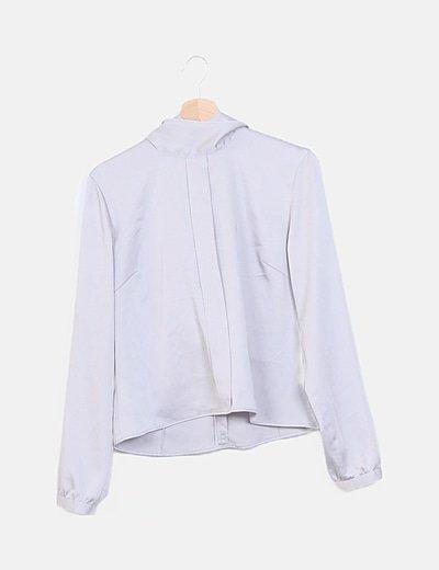 Blusa gris satinada detalle lazo