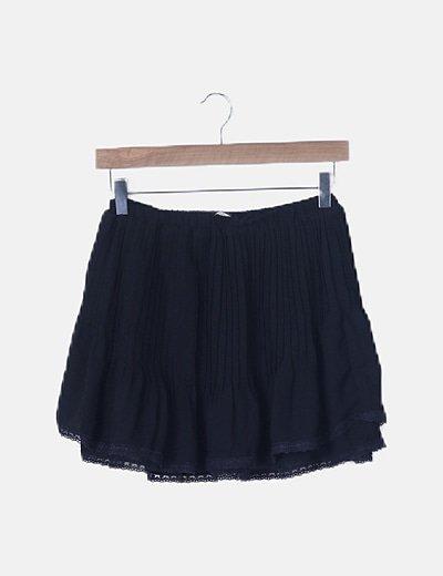 Falda negra evasé detalles plisados