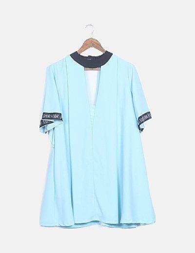 Vestido fluido azul claro con cinturón