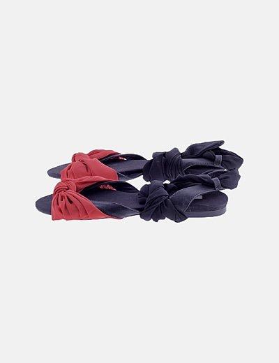 Sandalia negra detalle lazo