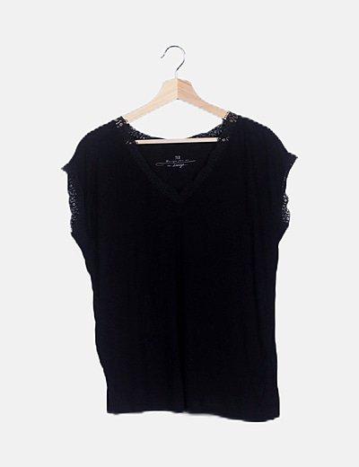 Camiseta fluida negra escote encaje