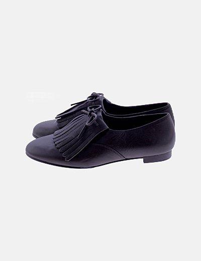 Zapato marrón detalle lengüeta