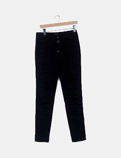 Pantalón pitillo negro abotonado