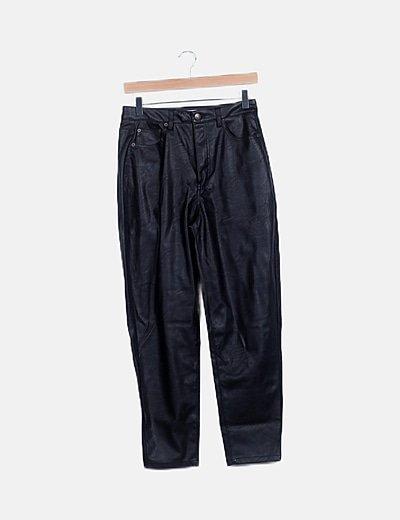 Pantalón mom fit polipiel negro
