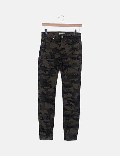 Pantalón cropped estampado militar