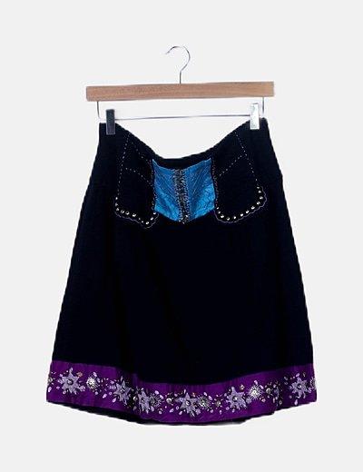 Falda negra evasé detalles bordados